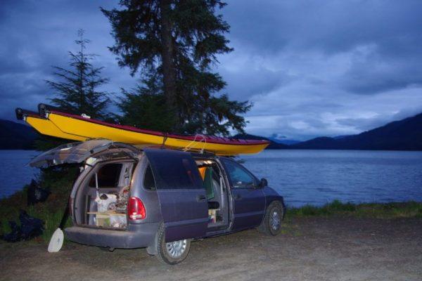 2 kayaks sur une voiture